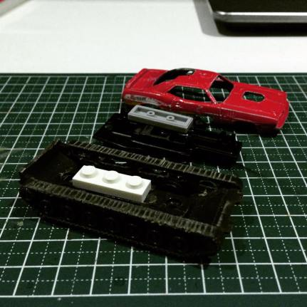 ý tưởng loé lên, xoẹt, đùng. tại sao không lắp ghép 2 mảnh bằng khớp nối LEGO, không phải dán chết. Awesome! :v
